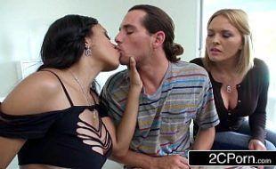 Capela porno com duas amiguinhas super taradas e talentosas em fazer sexo