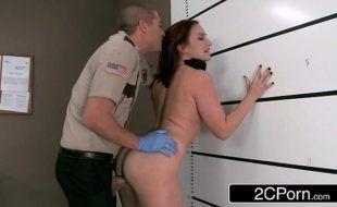 Guarda botando uma secretaria para gemer no escritório