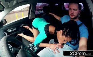 Morena gostosa transando com motorista do uber
