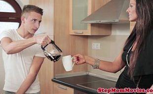 Redtuber com mulher deliciosa pedindo ajuda pra novinho