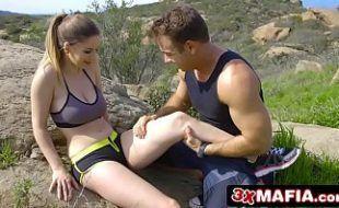 Sexo hot com gatinha e seu namorado durante uma escalada