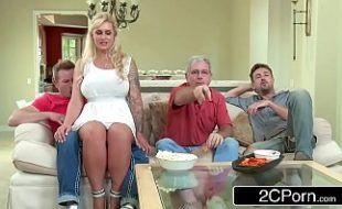 Sexobis com loira deliciosa sentando na piroca da familia